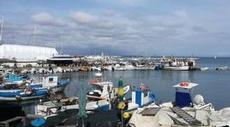 Fiskebåtar trängs i hamnen