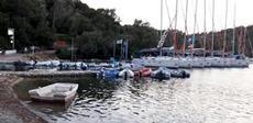 Jolleparkering och charterbåtar på rad