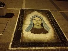 Madonna på trottoaren utanför kyrkan