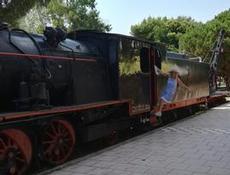 I Kalamatas järnvägsparken får man leka lokförare