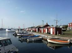Röda stugor i hamn