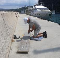 Lasse fixar till vår landgång på kajen i Pilos