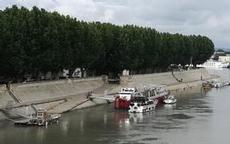Första anhalt Arles, vi ligger utanpå restaurangbåten - den lille längst fram är vi