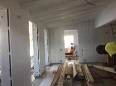 Vit stående panel på innerväggarna