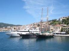 Stora båtar på besök i Poros