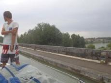 Petter på väg över en akvedukt