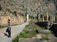 Delphi: pelarna och grunden de står på utgör ruinerna av Apollons tempel