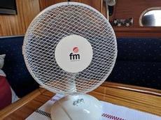 En fläkt införskaffad ombord i avvaktan på luftkonditionering