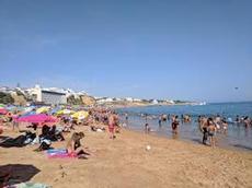 Folkfyllt på stranden i Albufeira