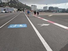 Korsningen mellan start- och landningsbanan och vägen till Spanien från Gibraltar