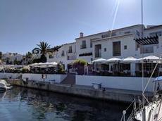 Den mysiga hamnen Marina Del Este
