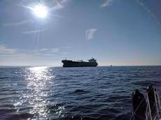 Lastfartyg som ankrat på kollisionskurs