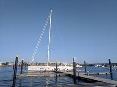 En riktigt stor segelbåt Hanse 678 i hamnen