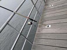 Färdiga hål på broarna för fiskespön i Porto