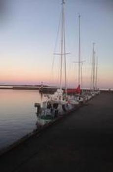 Hamnen i Grönhögen med Långe Jan i bakgrunden