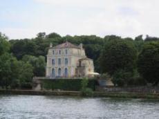 Vackert slott vid flodkanten
