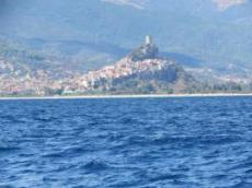 Posada med Castel della Fava på toppen av byn