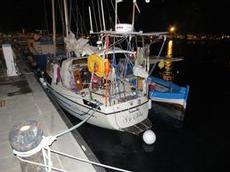 Ofelia förtöjd med fiskebåt
