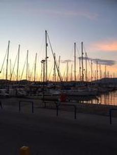 Marina gouvia många segelbåtar fins har