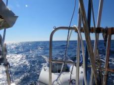 Mitt på öppet hav och 2760 meter djup under kölen